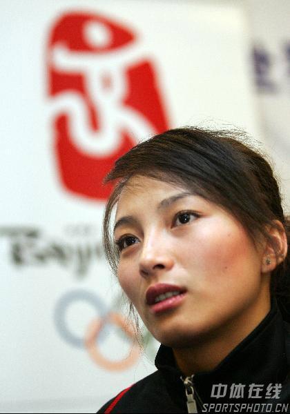 图文:李妮娜助阵自由式滑雪世界杯 凝神思考