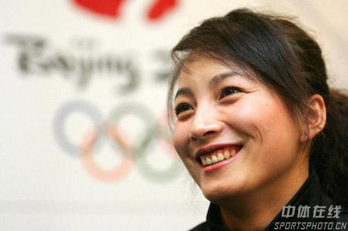 图文:李妮娜助阵自由式滑雪世界杯 甜美笑容