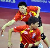 图文:[乒乓球]男团3-0韩国夺冠 马龙侧身救球