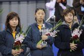图文:乒球邀请赛女团颁奖 新加坡小将面无表情