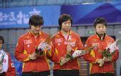 图文:乒球邀请赛女团颁奖 中国队员平静表情