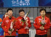 图文:乒球邀请赛女团颁奖 陈�^一脸的坏笑