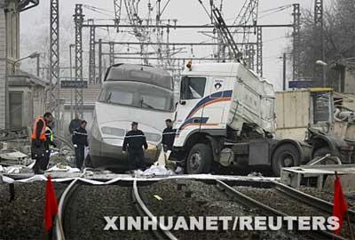 12月19日,法国警察和救援人员在法国东部的车祸现场展开调查。