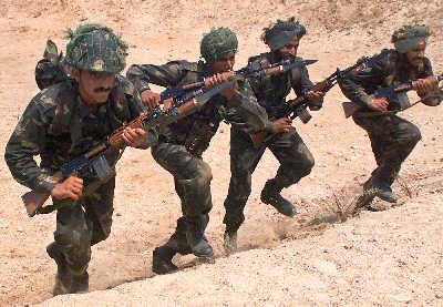 印度士兵在国内举行军演。新华/路透