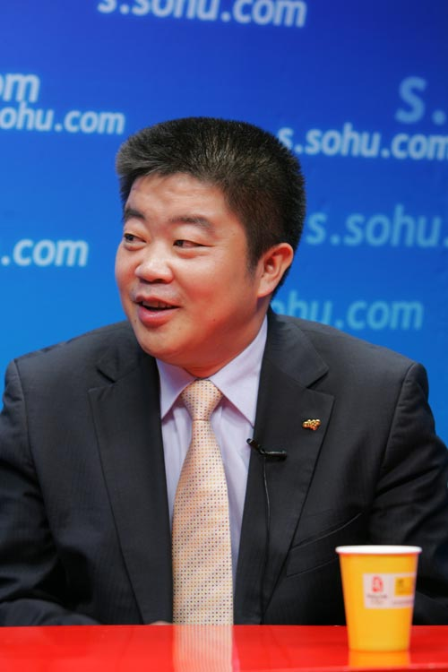 图文:爱国者总裁冯军做客搜狐 谈赛车如数家珍