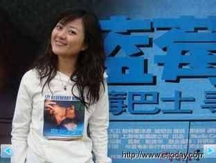 """唯一来自台湾的""""蓝莓女孩""""刘盈秀,只身搭上蓝莓巴士游大陆,找寻自己的幸福。"""
