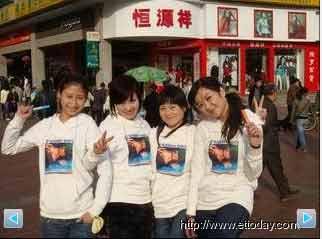 刘盈秀(右一)与其它蓝莓女孩合照。 来源:台湾东森新闻