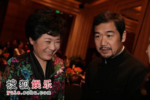 图: 年度电视人物周莉女士与张国立交谈