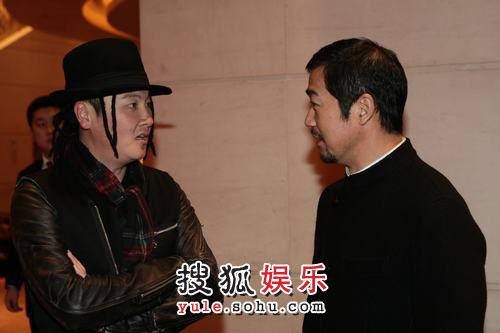 图: 歌手孙楠与演员张国立在对话