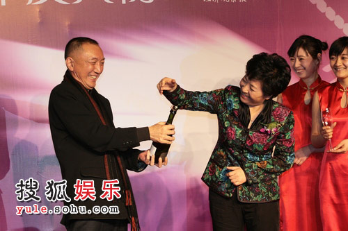 韩三平先生 周莉女士开启香槟