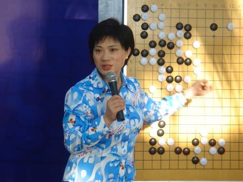 图文:名人战次局挂盘讲解 徐莹五段分析棋局