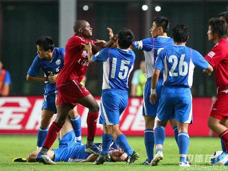 李玮峰带着队长袖标为申花争冠的镜头也许不会再有(资料图)