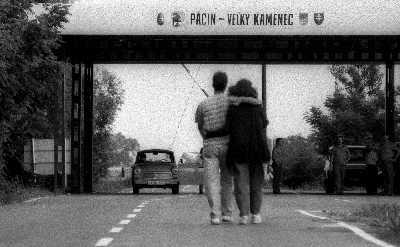 1994年7月9日,一对匈牙利恋人穿越匈牙利和斯洛伐克边境的检查站。今天开始,这一场景将不复出现。IC图