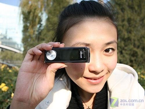 最像MP3的手机 旋盖音乐三星F218上市