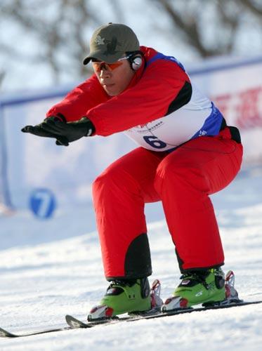 图文:韩晓鹏备战滑雪世界杯 半蹲式俯冲图片