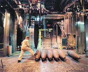 美国兵工厂工人正准备为炸弹填装TNT(资料图)