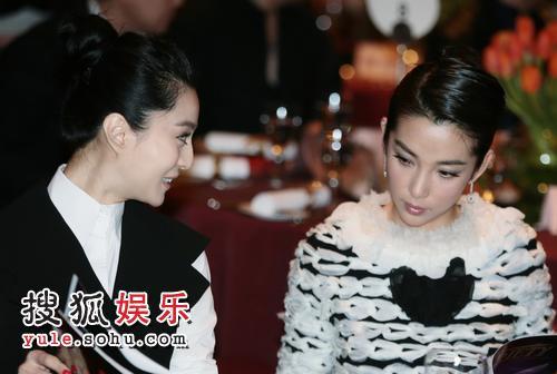 范冰冰、李冰冰在《综艺》晚宴上相谈甚欢