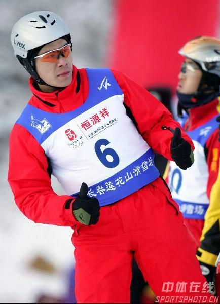 图文:自由式滑雪韩晓鹏铜牌 充满信心的手势