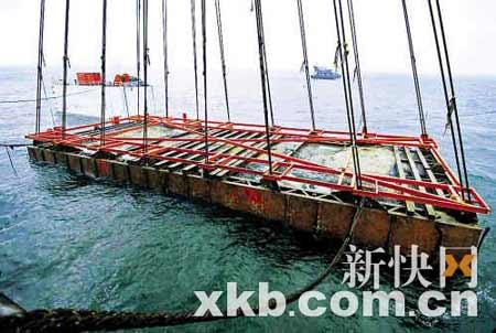 """""""南海一号""""在几艘船只的联合作业下,终于缓缓掀起了面纱。■李小萌/摄"""
