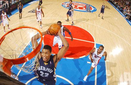 图文:[NBA]灰熊负活塞 盖伊灌篮