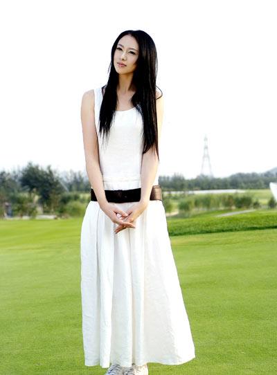 图文:艺体美女戴菲菲清纯写真 一袭白裙极淑女