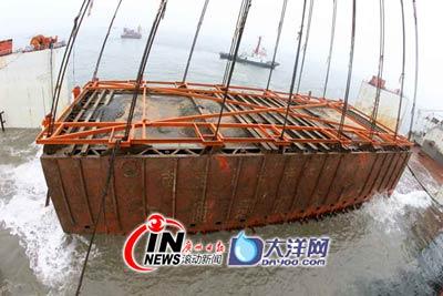 沉箱浮出水面 广州日报记者邱伟荣、王子恒摄影报道