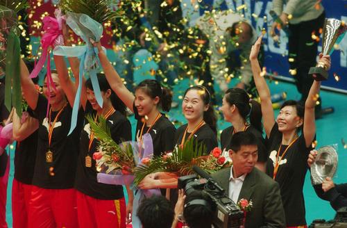 图文:[排球]天津女排3-1八一 高举冠军奖杯