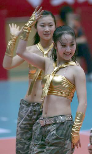 图文:女排联赛劲爆拉拉队 貌似向观众打招呼