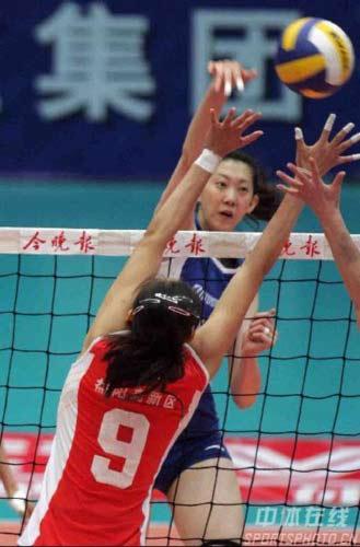 图文:天津3-1八一夺得女排冠军 天津李娟拦网