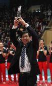 图文:天津3-1八一夺得女排冠军 主帅高举奖杯