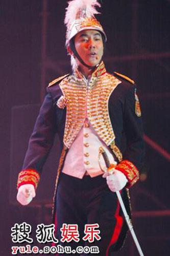 任贤齐巡演唱响天津 身英伦上将英挺帅气