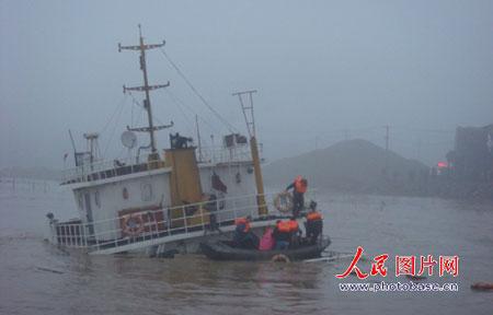 """12月22日,""""锦峰1号""""货轮在浙江瑞安飞云江沉没。"""