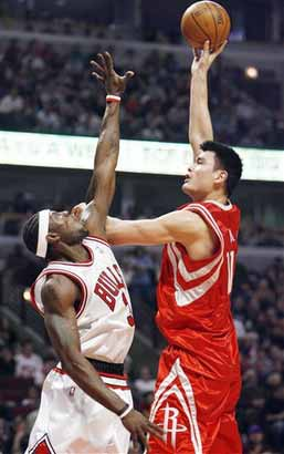 图文:[NBA]火箭VS公牛 姚明轻松摆平大本