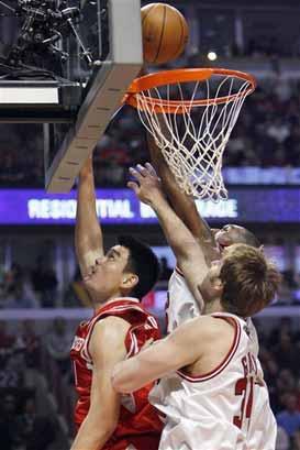 图文:[NBA]火箭VS公牛 姚明内线搏杀