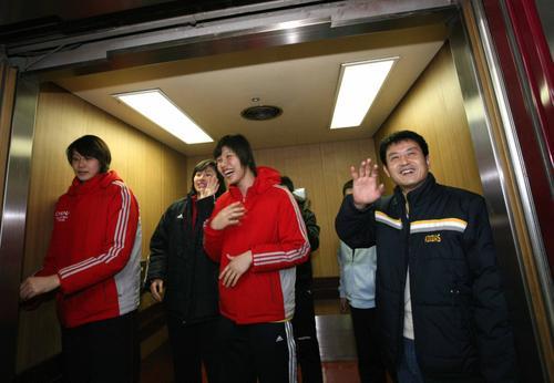 组图:陈忠和赵蕊蕊探望汤淼 女排将士走出电梯