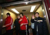 图文:陈忠和赵蕊蕊探望汤淼 女排将士走出电梯