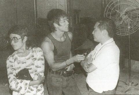 李小龙和胡金铨交谈。旁边是丁佩。