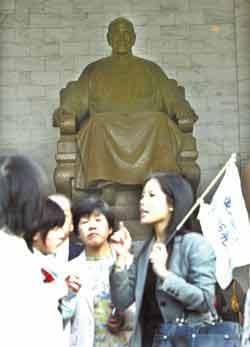 中正纪念堂蒋介石铜像(图:台湾《中国时报》)