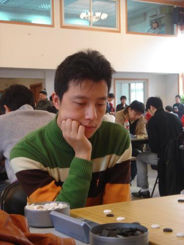 图文:[围棋]第七届招行杯首轮 古力比赛中