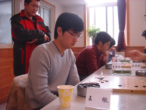图文:[围棋]第七届招行杯首轮 王檄比赛中