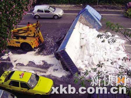 近千袋面粉散落路面,导致塞车。陈海生/摄
