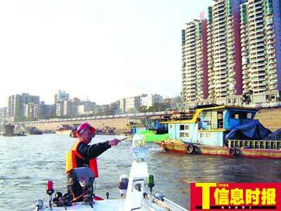 航道部门人员疏导堵塞船舶。通讯员李世斌 胡建强 摄