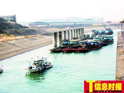昨日下午5时开始,塞了20多天的船舶陆续驶离堵塞河段。通讯员李世斌 胡建强 摄