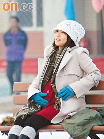 张茜在场边看着张卫健滑雪,摸着自己的大肚子
