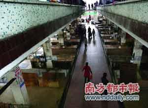 昨日中午,大岭山一肉菜市场。卖猪肉的摊档空荡荡,一些市民疑惑地在肉档旁徘徊。