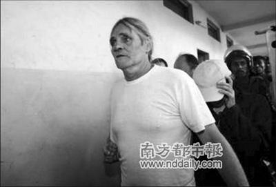 """24日,""""佐伊的方舟""""组织成员走进乍得恩贾梅纳刑事法院,再次出庭受审。"""