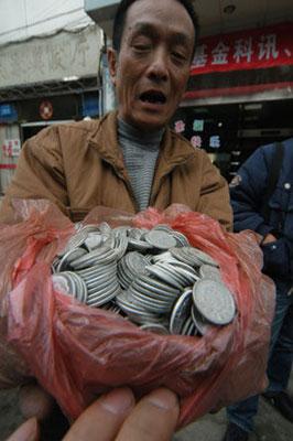 男子扛2万多枚硬币欲兑换纸币