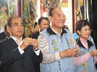 """""""正副院长""""都在此?台""""立法院长""""王金平(左)昨天为南县""""立委""""候选人洪玉钦(中)拉抬声势,并说洪""""是下届立院副院长可能人选""""。(图片来源:台湾《联合报》)"""