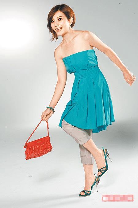 短版风衣2万8000元(约合7000元)、A字裙1万9000元(约合4750元)。
