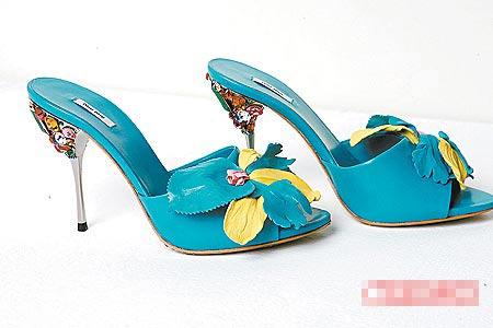 梁静茹特别中意立体花形装饰高跟凉鞋。2万2500元(约合5625元)